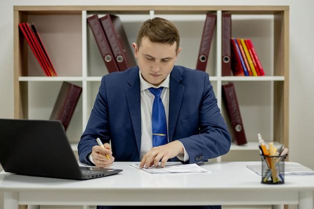 Luogo di lavoro avvocato successo collare esecutivo notaio broker avvocato persone concetto aziendale.
