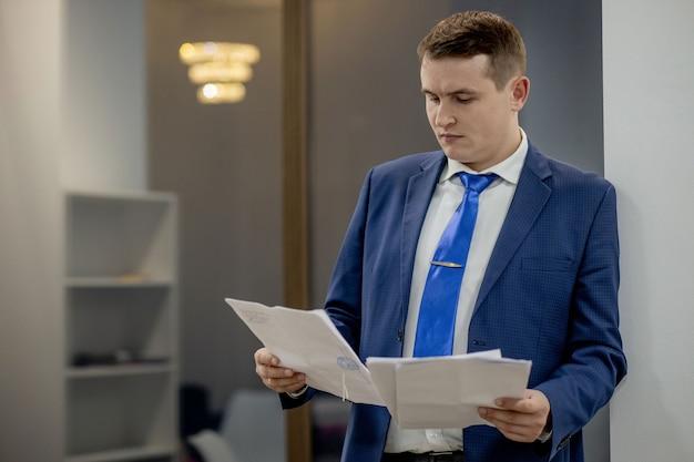 Sul posto di lavoro avvocato successo collare esecutivo notaio broker avvocato persone concetto aziendale