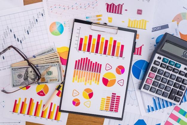 Luogo di lavoro di analista aziendale, grafici e diagrammi sul tavolo