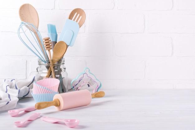 Pasticcere sul posto di lavoro, ingredienti alimentari e accessori per fare dolci, sfondo per testo o logo