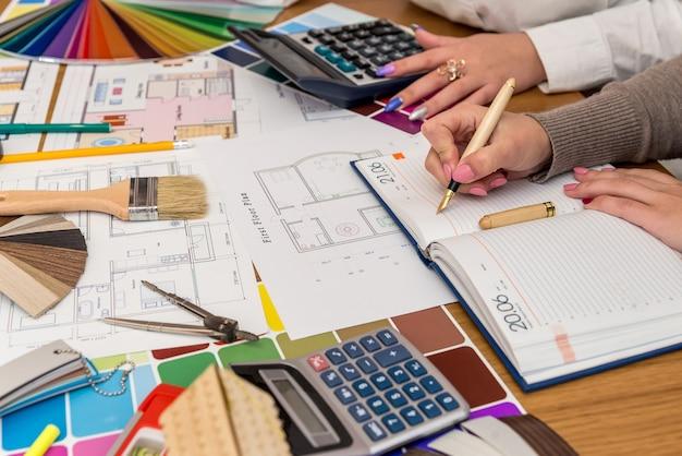 Luogo di lavoro di designer creativi con tavolozza dei colori e progetto di casa