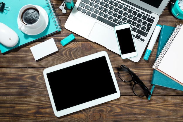 Posto di lavoro, laptop e tablet pc e telefono sul tavolo