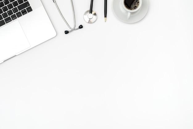 Luogo di lavoro del medico moderno con laptop
