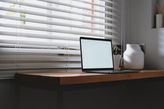 Posto di lavoro vicino alla finestra con laptop e computer. copia spazio. utilizzare nel sistema operativo dell'alfabeto cinese tradizionale.