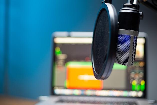 Podcast di registrazione sul posto di lavoro home office per parlare in onda. studio di attrezzatura per parlare con produzione live in streaming di computer.