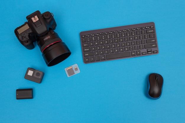Posto di lavoro con gadget digitali sul tavolo blu