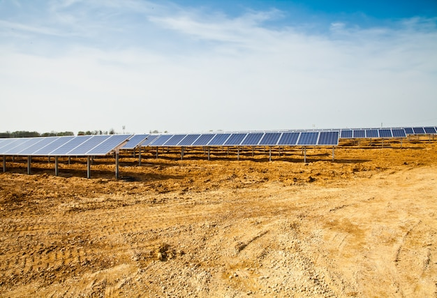 Lavori in corso in un impianto di pannelli solari,