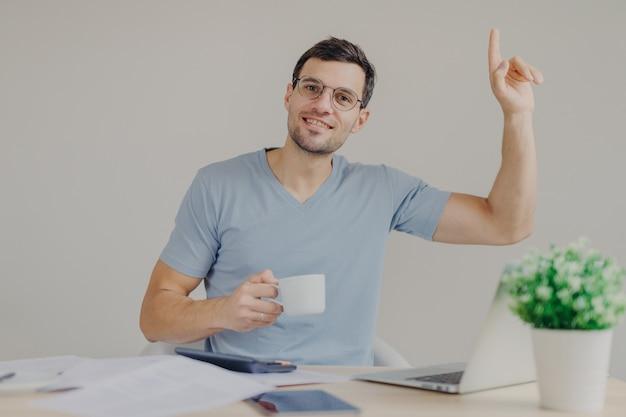 Lavora con le moderne tecnologie, alza la mano e ottiene una buona idea per lo sviluppo di nuovi progetti finanziari