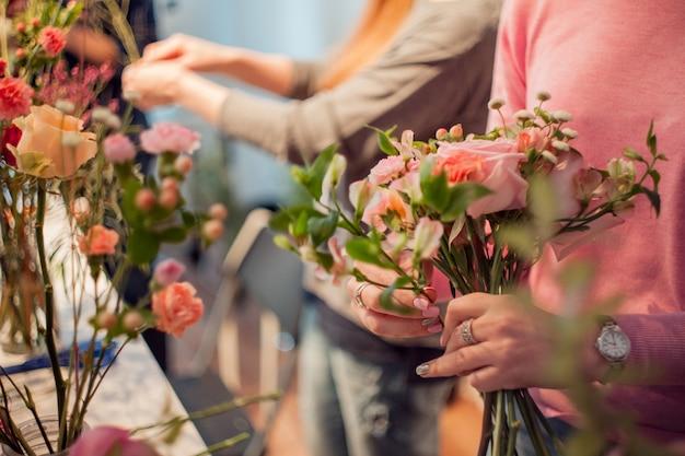Fiorista per officina, realizzazione di mazzi di fiori e composizioni floreali.