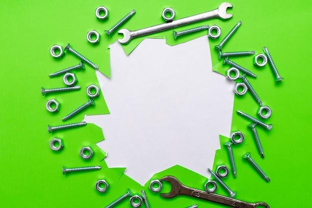 Idee per il miglioramento dell'officina, soluzioni per ispirazioni sulla produttività, collezioni di ingegneria meccanica, contenuto della cassetta degli attrezzi, materiali metallici in ferro e acciaio, chiavi per dadi cromate