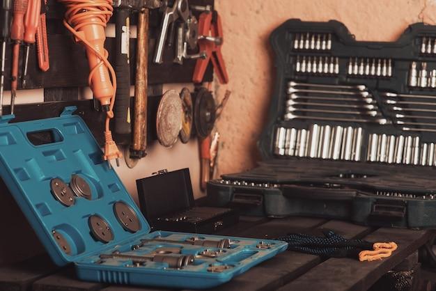 Scena dell'officina. strumenti sul tavolo e sulla lavagna. garage, autofficina. strumento speciale per la riparazione di veicoli