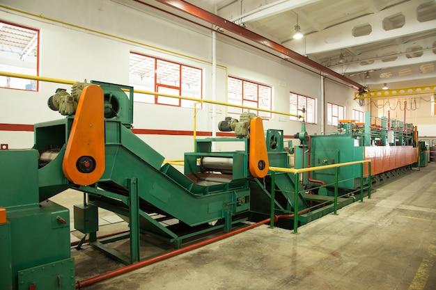 Officina con macchine e attrezzature per la produzione di viti