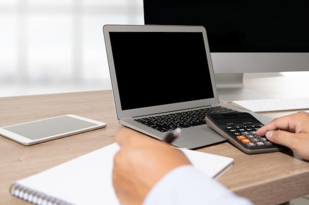 Nuovo progetto del fondo dell'area di lavoro sul computer portatile con lo spazio in bianco della copia