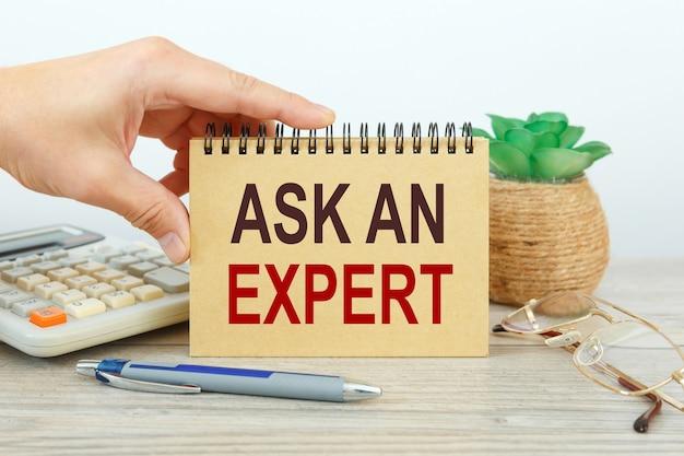 Scrivania e quaderno per ufficio nell'area di lavoro chiedere a un esperto