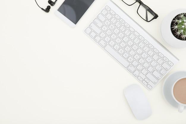 Area di lavoro con tastiera, tavolo e caffè