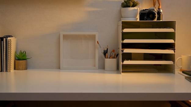 Area di lavoro con cancelleria, vassoi per documenti da ufficio, decorazioni e spazio per la copia nella stanza dell'home office