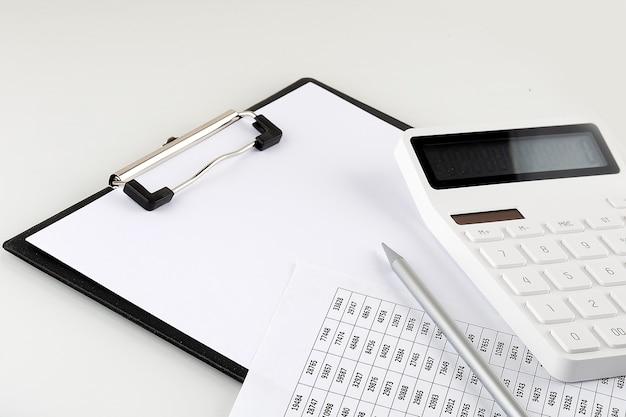 Piano di lavoro coperto con documenti e documenti vista dall'alto