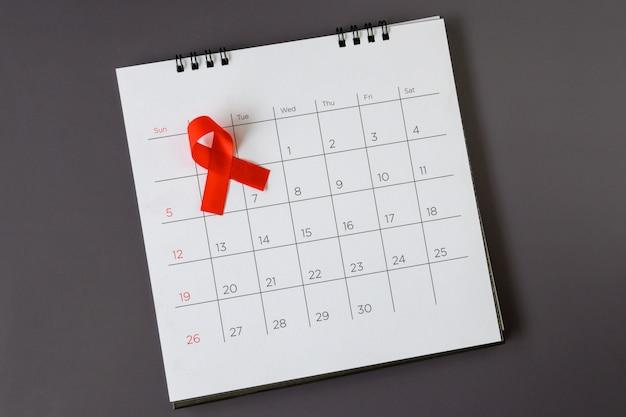 Concetto di giornata mondiale dell'aids, nastro rosso la data 1 dicembre