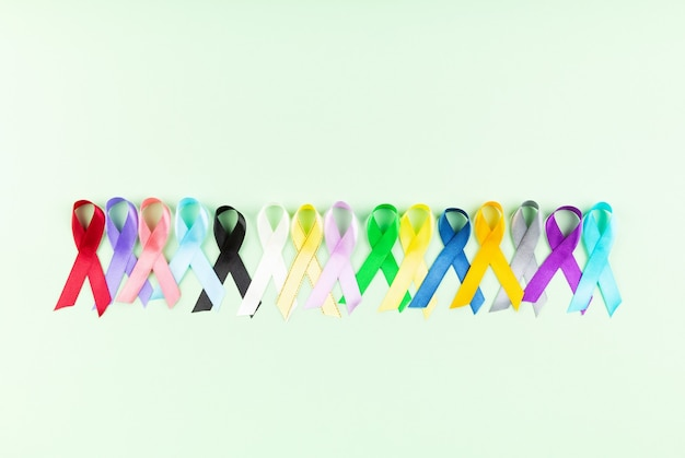 Sfondo di giornata mondiale del cancro. nastri colorati, consapevolezza del cancro. vista dall'alto
