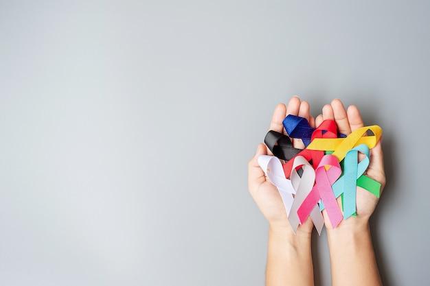 Giornata mondiale del cancro. nastri colorati di consapevolezza