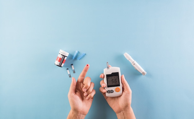 Consapevolezza della giornata mondiale del diabete. il diabetico misura il livello di glucosio nel sangue
