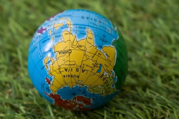 La giornata mondiale della terra, il globo giace sull'erba