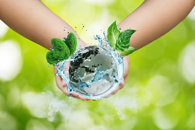 Concetto di giornata mondiale dell'ambiente, giornata della terra, terra e albero sulle mani