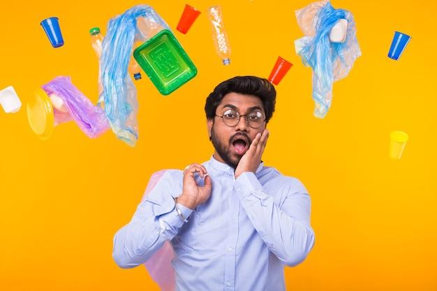Giornata mondiale dell'ambiente, problema del riciclaggio della plastica e concetto di disastro ambientale - indiano scioccato