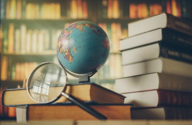 Globo del mondo sul libro. concetto di scuola di educazione