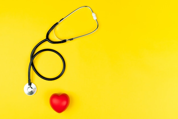 Concetto di giornata mondiale della salute assicurazione sanitaria con cuore rosso e stetoscopio