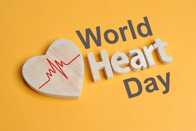 Forma del concetto della giornata mondiale del cuore simbolo del cuore e testo del cuore creato dal legno