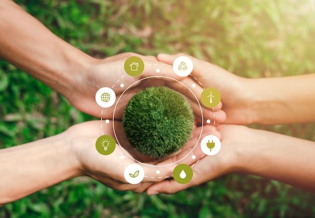 Il mondo è nelle mani di aiutarsi a vicenda. nel concetto di conservazione ambientale protezione ambientale elementi di questa immagine decorazione icone ambientali