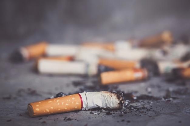Concetto di giornata mondiale senza tabacco smettere di fumare mozzicone di sigaretta di tabacco sul pavimento