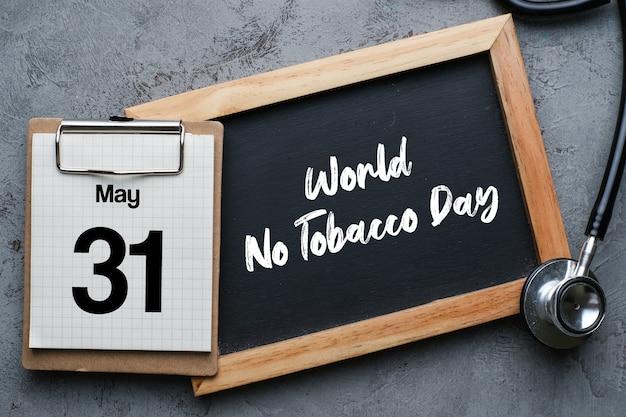 Giornata mondiale senza tabacco scritte su sfondo lavagna. smetti di fumare concetto