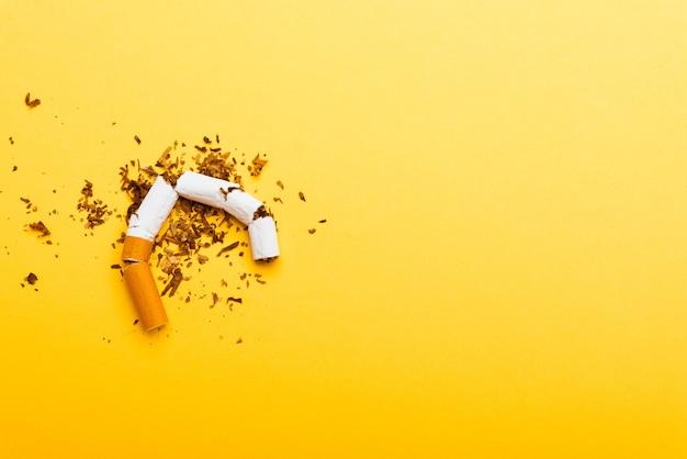 Giornata mondiale senza tabacco vietato fumare close up di sigaretta mucchio rotto o arresto del tabacco simbolico