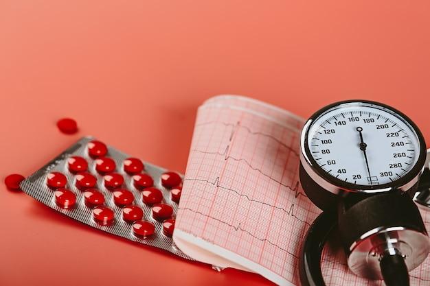Le pillole del cardiogramma dello stetoscopio della giornata mondiale dell'ictus copiano lo spazio piatto vista dall'alto