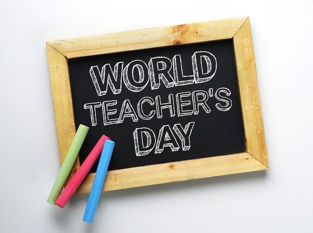 Testo del giorno dell'insegnante mondiale. lavagna cornice in legno con gesso colorato