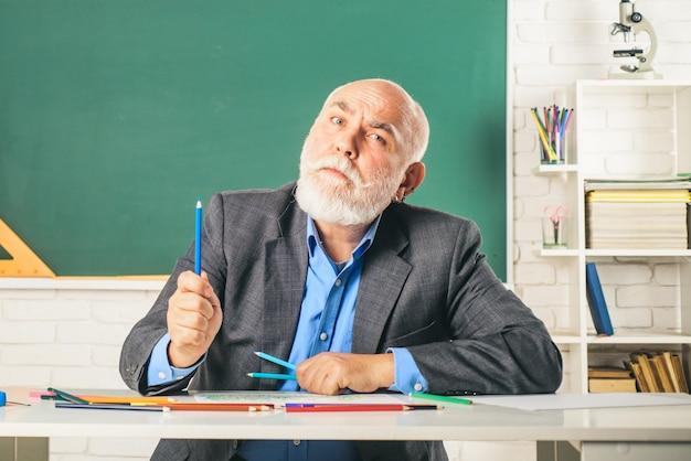 Giornata mondiale degli insegnanti nonno insegnante ritratto di divertente insegnante maturo in classe