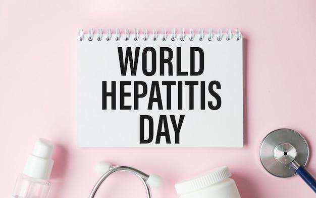 Giornata mondiale della tiroide scritta su notebook con stetoscopio, siringa e pillole. concetto medico e sanitario.