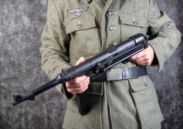 Soldato tedesco della seconda guerra mondiale con la mitragliatrice