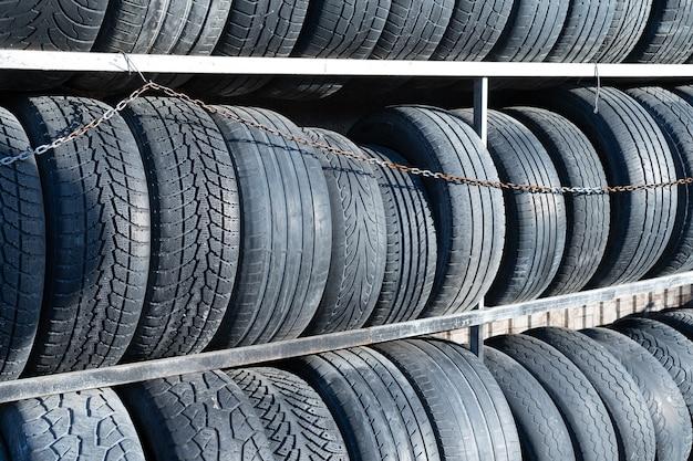 Usurati pneumatici per auto sugli scaffali