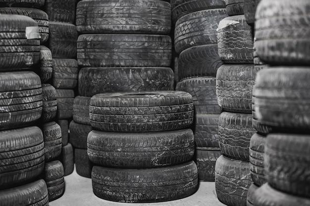 Usurati o usati pneumatici per auto in magazzino, centro servizi, concetto di trasporto