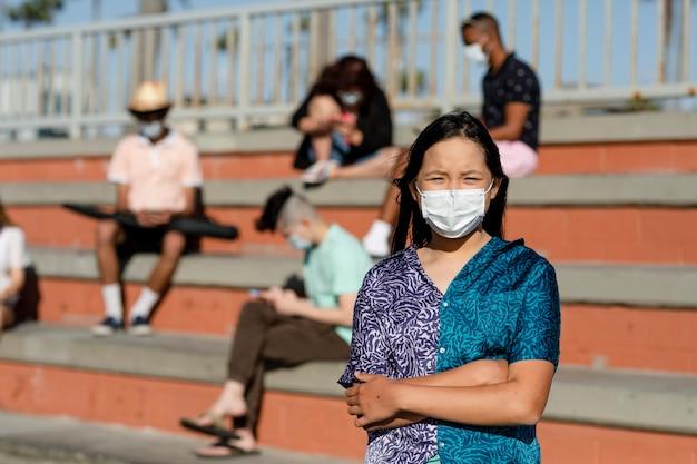 Adolescente asiatica preoccupata nella nuova normalità