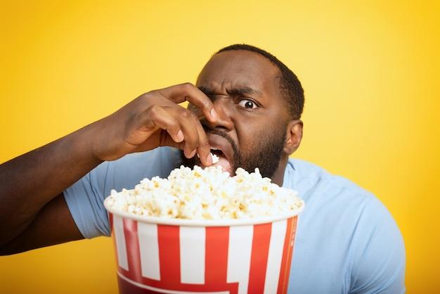 Il ragazzo preoccupato guarda un film dell'orrore. concetto di intrattenimento e streaming tv.