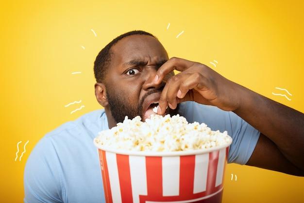 Il ragazzo preoccupato guarda un film dell'orrore. concetto di intrattenimento e streaming tv