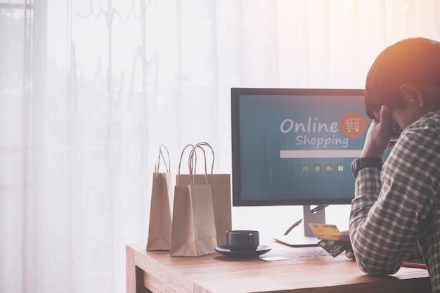 Uomo d'affari preoccupato, concetto di acquisto online.