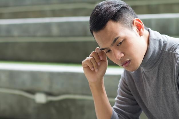 Uomo del sud-est asiatico preoccupato e depresso