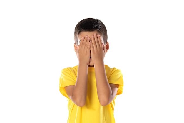 Ragazzo latino preoccupato che indossa una maglietta gialla isolata su uno sfondo bianco