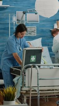 Uomo preoccupato che chiede al team medico di aiutare la vecchia moglie malata