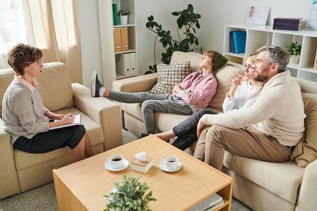Genitori preoccupati che fanno domanda allo psicologo